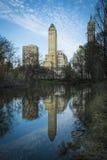 摩天大楼的反射在中央公园池塘,纽约 库存图片