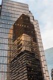 摩天大楼的反射在另一个摩天大楼 免版税库存图片