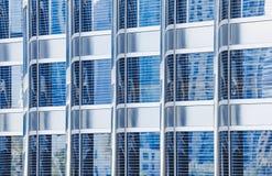 摩天大楼的金属玻璃门面蓝色颜色 现代大厦的片段 许多窗口样式 库存图片