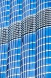摩天大楼的金属玻璃门面蓝色颜色 现代大厦的片段 许多窗口样式 免版税库存照片