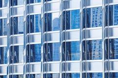 摩天大楼的金属玻璃门面蓝色颜色 现代大厦的片段 许多窗口样式 免版税库存图片