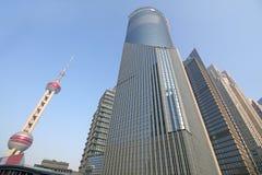 摩天大楼看法在城市商业中心在黄浦江的江边在上海中国 库存照片
