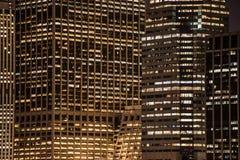 摩天大楼窗口在晚上在纽约 免版税库存照片
