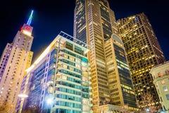 摩天大楼群在晚上,看见从大街庭院Pa 免版税库存照片