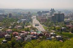 摩天大楼背景的村庄镇  免版税图库摄影
