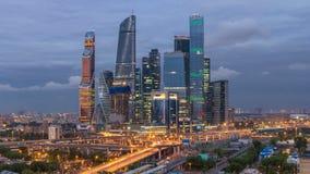 摩天大楼莫斯科对夜timelapse的市天企业复合体  在前景铁路和汽车 股票录像