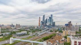 摩天大楼莫斯科市timelapse企业复合体  在前景铁路和汽车天桥 股票录像