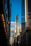 摩天大楼街道视图在曼哈顿 免版税库存照片