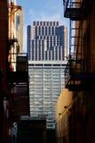摩天大楼视图通过胡同 免版税库存照片