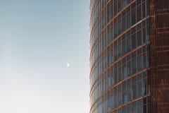摩天大楼门面和月亮 库存照片