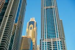 摩天大楼门面细节与窗口的在蓝色和黄色col 免版税图库摄影