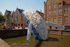 摩天大楼,布鲁日鲸鱼,塑料雕象StudioKCA,一部分的布鲁日三周年纪念2018年 免版税库存图片