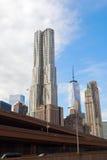 摩天大楼8云杉街道由弗兰克・盖里设计了在曼哈顿,纽约 免版税库存图片