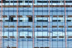 摩天大楼玻璃门面建设中 库存照片