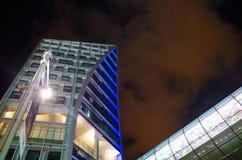 摩天大楼细节在夜之前 免版税库存图片