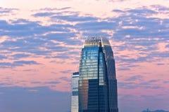 摩天大楼IFC顶层在晚上之前 免版税库存图片