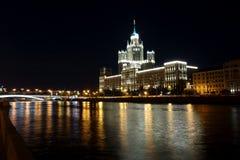 摩天大楼Kotelnicheskaya堤防大厦的夜视图 库存图片