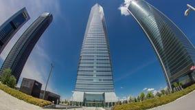 摩天大楼timelapse hyperlapse在与最高的摩天大楼的四个塔商业区在马德里和西班牙 股票视频