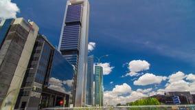 摩天大楼timelapse hyperlapse在与最高的摩天大楼的四个塔商业区在马德里和西班牙 股票录像