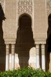摩尔人宫殿的墙壁的片段用西班牙语格拉纳达 图库摄影