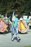 摩尔多瓦,基希纳乌,纪念碑的男孩对旗子 库存图片