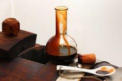 摩德纳,意大利,包含特别变甜的摩德纳的玻璃瓶香醋  免版税库存照片