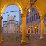 摩德纳-在广场重创的正方形的porticoes在与圆顶的黄昏 库存图片