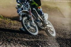 摩托车乘驾特写镜头在多灰尘的轨道的 免版税图库摄影