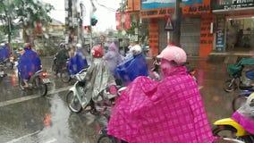 摩托车交通堵塞在下雨在越南中 库存照片