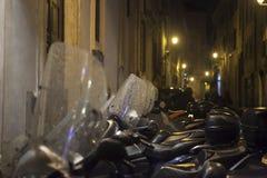 摩托车停放了对墙壁根据街灯 免版税库存图片