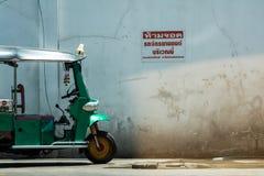 摩托车停放的停车牌 免版税图库摄影