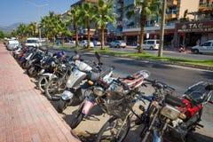 摩托车停车处在城市的中央大道的 库存照片