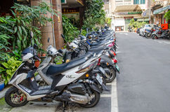 摩托车停车处行沿路旁的在台北的街道 库存图片