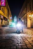 摩托车光在晚上在弗罗茨瓦夫 免版税库存照片