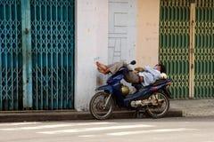 摩托车出租汽车司机睡觉 免版税库存照片