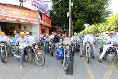 摩托车出租汽车司机等待的乘客, fu `城市 免版税库存照片