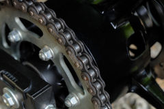 摩托车后方链子和扣练齿轮  免版税库存图片