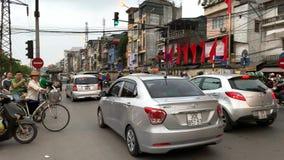 摩托车和汽车大交通在繁忙的交叉路在河内 影视素材