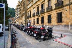 摩托车和脚踏车行在一个特别停车区停放了 免版税库存照片