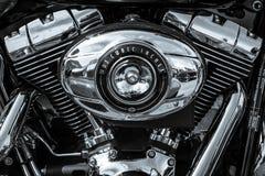 摩托车哈利戴维森Softail双凸轮103引擎特写镜头  免版税库存照片