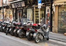 摩托车在一条主要购物街道上停放了在索伦托,意大利 库存照片
