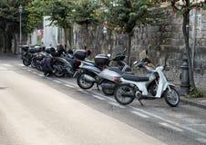 摩托车在一条狭窄的街道上停放了在索伦托,意大利 图库摄影