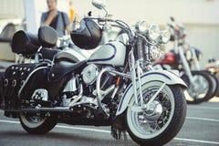 摩托车在停车场等待的车手,摩托车的侧视图, moto旅行站立 轻温暖 库存图片