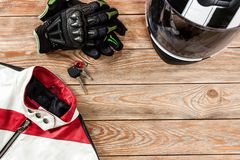 摩托车在土气木选项安置的车手辅助部件看法  免版税库存图片