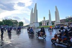 摩托车在拥挤的街的高峰时间在民主纪念碑曼谷,泰国附近 免版税图库摄影