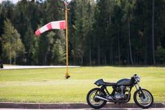 摩托车在机场 在后面的风 库存图片