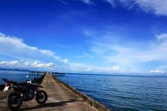 摩托车在桥梁 免版税库存图片