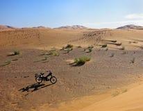 摩托车在沙漠 免版税库存照片