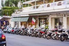 摩托车在街道上停放了在市圣雷莫,意大利 免版税库存照片
