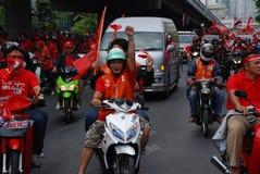 摩托车抗议者红色衬衣出租汽车 免版税库存照片